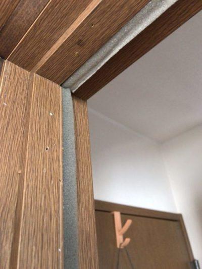 ドアに設置した隙間風対策