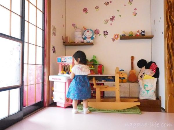 喫茶en 豊丘村 2階の部屋 キッズスペースで遊ぶ子ども