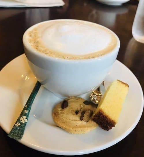 クッキーの載ったコーヒー