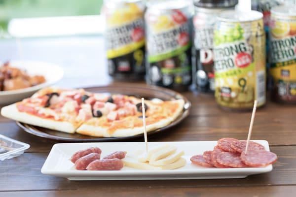 ピザ、サラミ、缶ビール