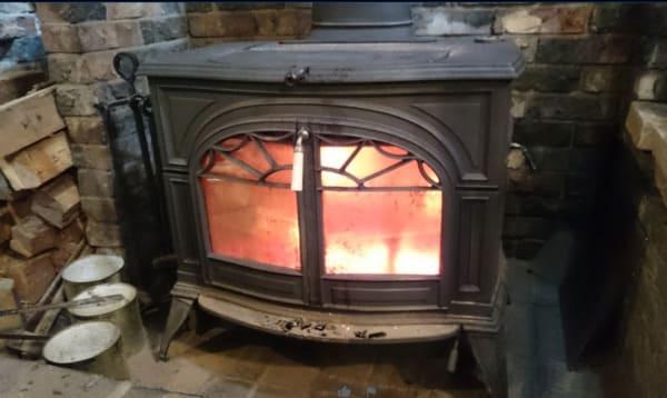 火が灯る薪ストーブ