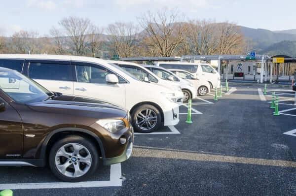 高速パーキングエリアの駐車場
