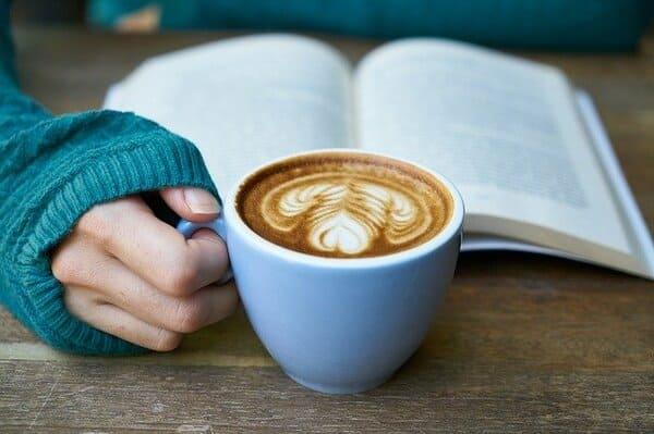 本、コーヒーの入ったマグカップ