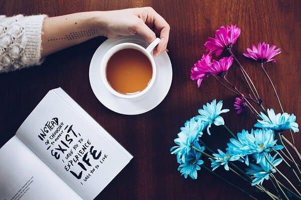 コーヒーカップ ピンクとブルーの花 本