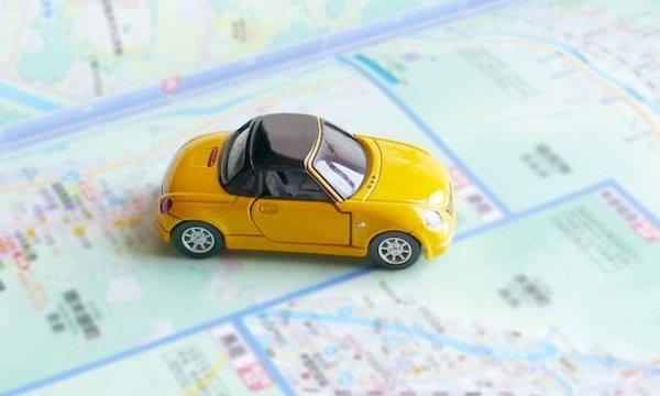 地図の上に置かれた車
