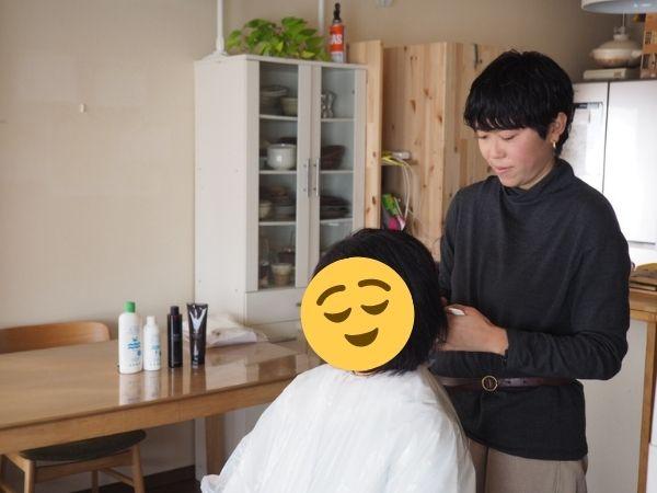 自宅で髪を切ってもらっている人