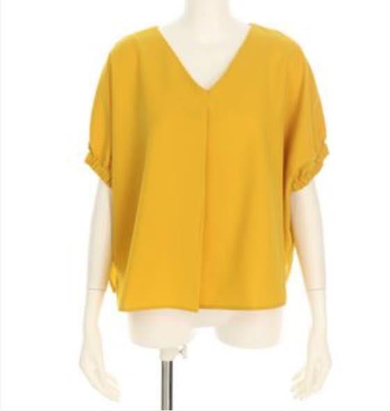 黄色の半袖トップス